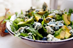 arugula-salad-with-blueberries-blue-cheese-and-avocado
